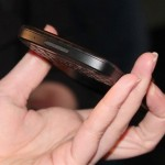 صورة توضح سماكة البلاكبيري Q10 بين الاصابع في اليد - 3111