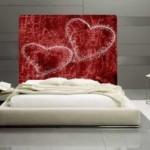 غرفة نوم مرسوم قلوب خلف السرير