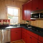 تصميم مطبخ صغير احمر و اسود