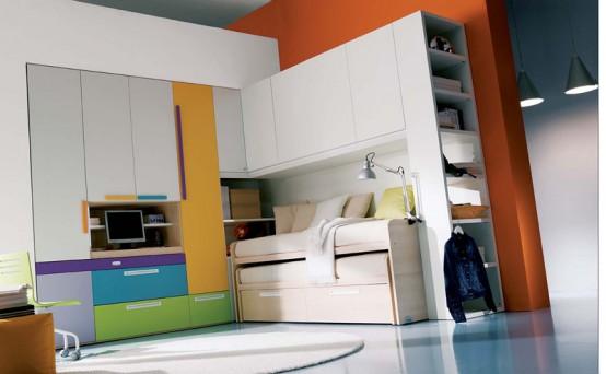 فكرة غرفة مكونه من كنب ودولاب وسرير ومكتب