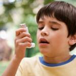 صورة طفل يستخدم بخاخ الربو - 4418