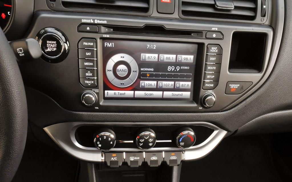 صور أسعار سيارة كيا ريو 2013-Kia-Rio-SX-hatchback-interior-1024x640.jpg