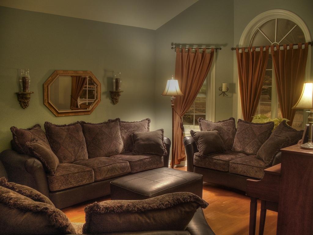 غرف للضيوف كنبات فخمة اللون بني المرسال