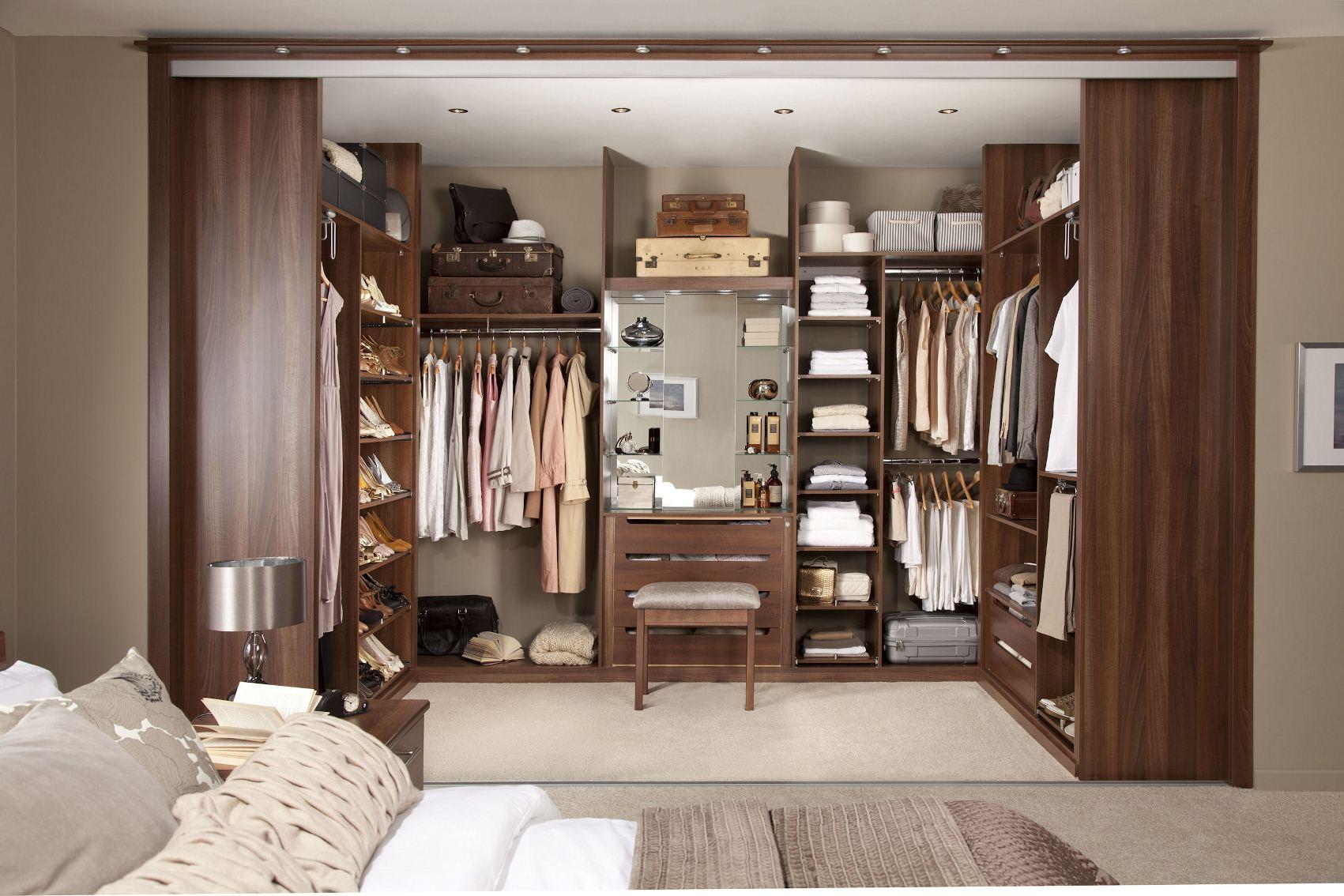 فكرة تصميم دولاب الملابس بغرفة النوم داخل الجدار بغرفة خاصة