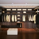 فكرة لتصميم غرفة للملابس خشبية
