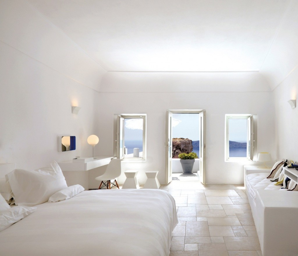 صورغرف نوم بيضاء santorini-large-white-bedroom-with-balcony-and-view-1024x878.jpg