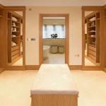 غرفة ملابس فخمة و مرتبة مع كرسي بالوسط - 4852