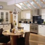 تصميم مطبخ كبير مع طاولة طعام
