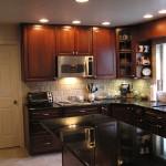 صورة مطبخ خشبي مع اضاءة جميلة