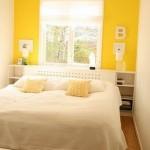لون الجدار خلف السرير اصفر