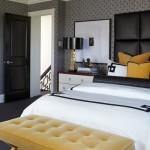 دمج اللون الأصفر في المخدات والكنب لغرفة النوم