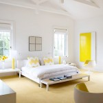 غرفة نوم باللون الابيض مع الاصفر