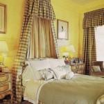 غرف نوم باللون الاصفر في الجدار الخلفي