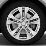 صورة الاطارات والجنط للسيارة مرسيدس e200