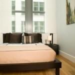 غرفة نوم ضيقة بسيطة