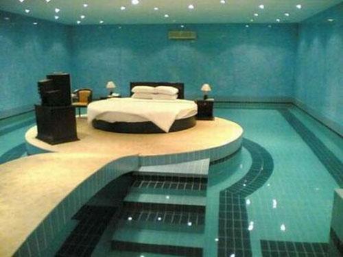تصميم غرفة نوم غريبة مودرن كحمام السباحة | المرسال