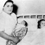 لينا ميدينا في المستشفي مع طفلها والممرضة