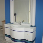تصاميم باللون الأبيض والأزرق لأحواض الحمامات