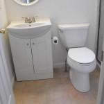 تصميم باللون الأبيض للحمامات الصغيرة