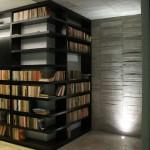 مكتبة منزلية باللون الأسود