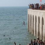 قفز  الأطفال الى المحيط الأطلسي من فوق المسجد  - 41479