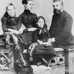 الكسندر غراهام بيل، وزوجته مابيل جاردينر هوبارد ، وبناتهم إلسي (يسار) وماريان بكاليفورنيا. 1885  - 35720