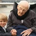 اكبر رجل معمر في امريكا مع طفل