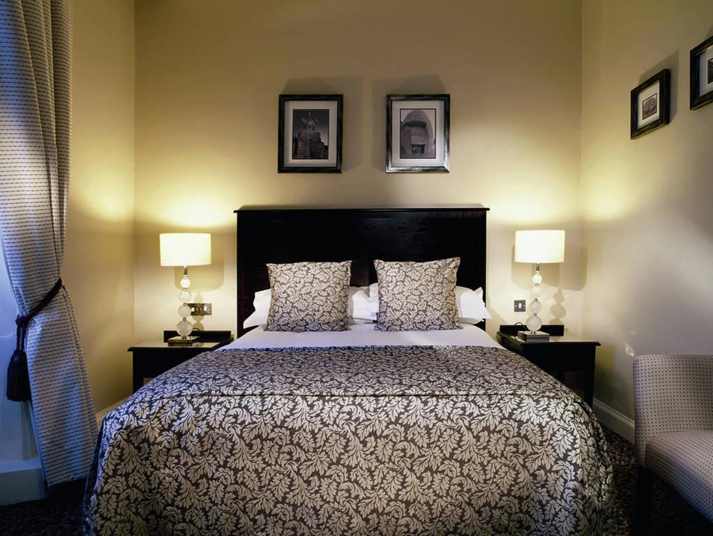 اباجورات بيضاء بجانب السرير بغرفة النوم | المرسال