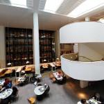 المكتبة البريطانية من الداخل مع الجدار الزجاجي