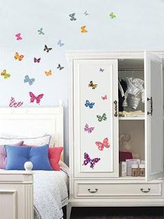 فراشات طائرة على جدران غرفة نوم اطفال بألوان زاهية | المرسال