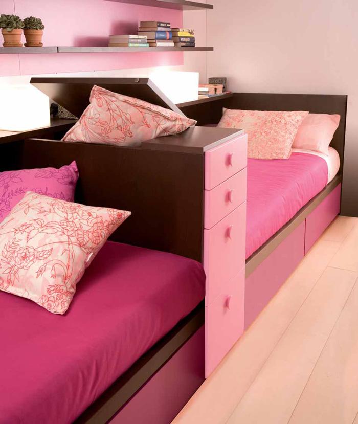 ارداج باللون الروز والبني تفصل بين سريرين علي شكل كنب بغرفة النوم