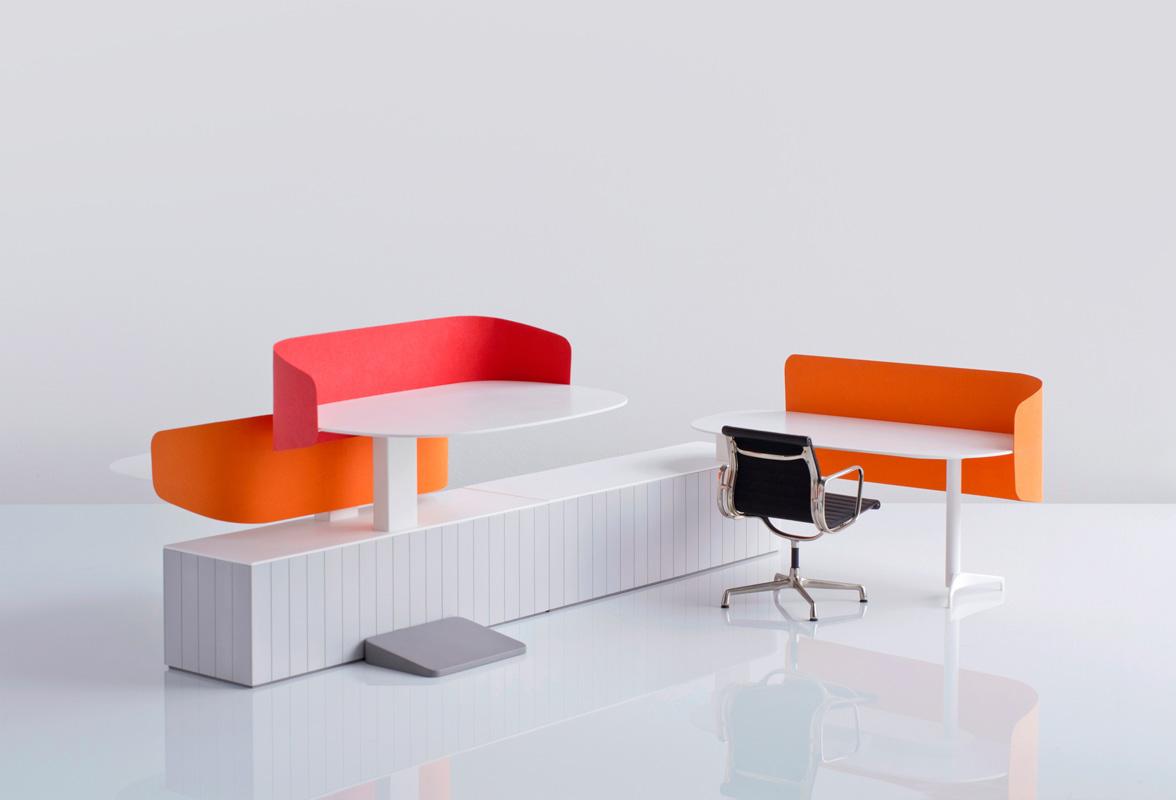 مكاتب ابيض وبرتقالي بشكل هندسي