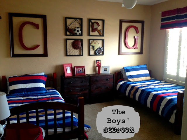7 Inspiring Kid Room Color Options For Your Little Ones: براويز مربعة علي حائط غرفة الاطفال وسريرين خشب