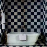 black and white bathroom design ideas 010 150x150 سيراميك حوائط وارضيات حمامات ابيض واسود مربعات مع بانيو انيق ابيض اللون