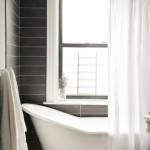 black and white bathroom design ideas 1 150x150 سيراميك حوائط وارضيات حمامات ابيض واسود مربعات مع بانيو انيق ابيض اللون
