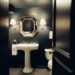 black and white bathroom design ideas 6 150x150 سيراميك حوائط وارضيات حمامات ابيض واسود مربعات مع بانيو انيق ابيض اللون