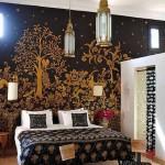 حائط باللون الاسود والبيج فى غرفة النوم المغربية