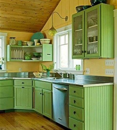 51 Green Kitchen Designs: ارضيات خشبية بلون بيج مع بني في مطابخ باللون الاخضر