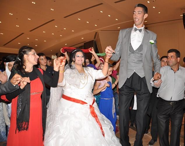 tall29n 3 web شاهد حفل زفاف اطول رجل فى العالم بفارق متر الا ربع عن زوجته, فيديو وصور