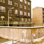 ألمانيا الشرقية ومبنى جريدة من الخلف