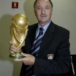 سكولاري يحمل كأس العالم