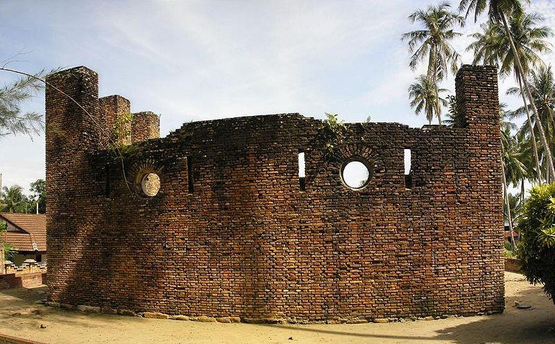 رحلة لجزيرة بانكور في ماليزيا The-ruins-of-the-Dutch-Fort-Malay-Kota-Belanda-on-Pangkor-Island.