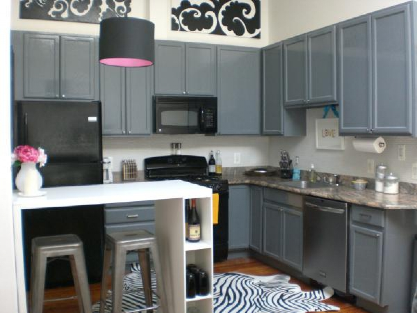 Black white gray kitchen design for Gray and white kitchen decor