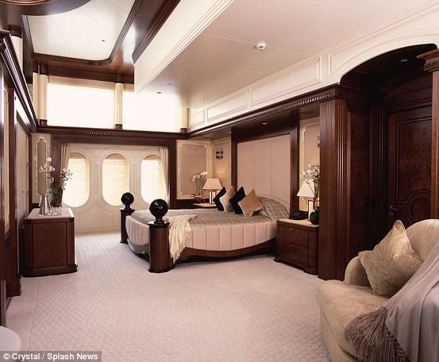 غرفه خشبيه أثاثها ذات لون بني | المرسال