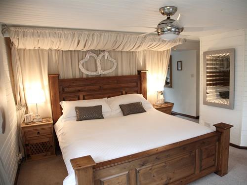 غرفه نوم خشب بني | المرسال