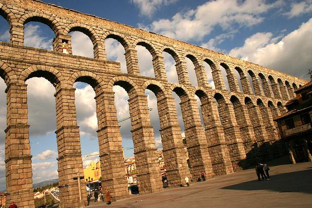 أهم الأماكن السياحية في اسبانيا  Aqueduct-of-Segovia