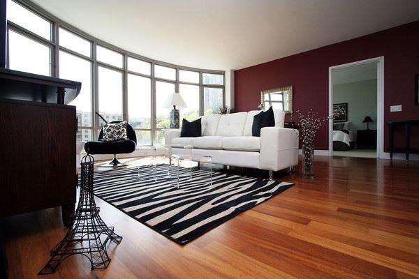 ارضيات باركية باللون البني بغرف المعيشة