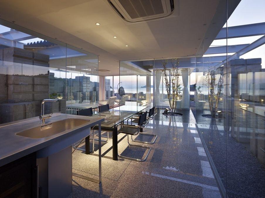 تصاميم غرف طعام واسعة وفاخرة بنوافذها الكبيرة