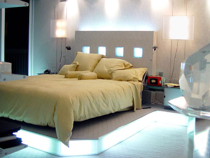 ������ ����� ������� ����� ���� Small-bedroom-with-decorative-wall-lighting.jpg