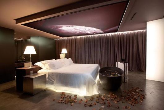 غرف نوم بإضاءة رومانسية حول السرير | المرسال